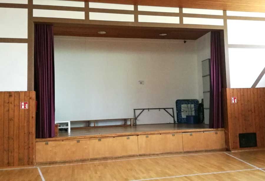 Bühne mit offenem Vorhang